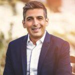 حمید گودرزی بازیگر معروف در آرایشگاه با آرایشگر جوانش