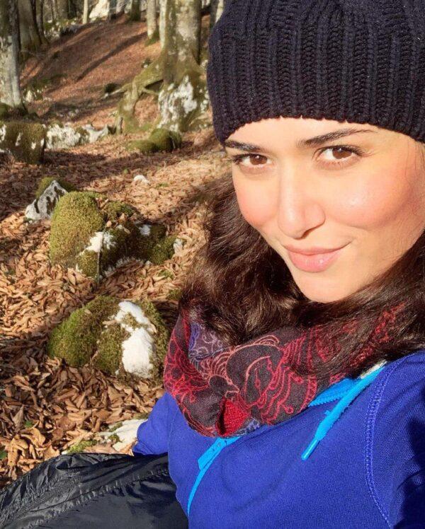 بازیگر زن در جنگل