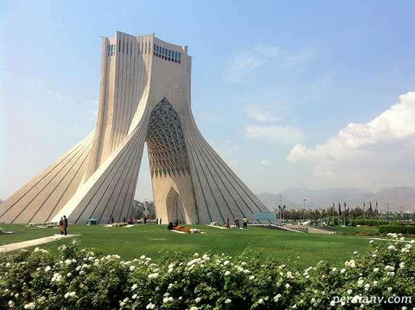 لحظه برخورد رعد و برق به برج آزادی تهران در هوای طوفانی عصر دیروز
