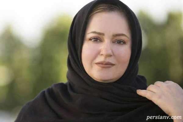 نعیمه نظام دوست روی ریل قطاری در تهران که مدتها جمع شده