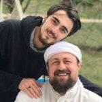 سید حسن خمینی در حال اصلاح سر پسرش هادی