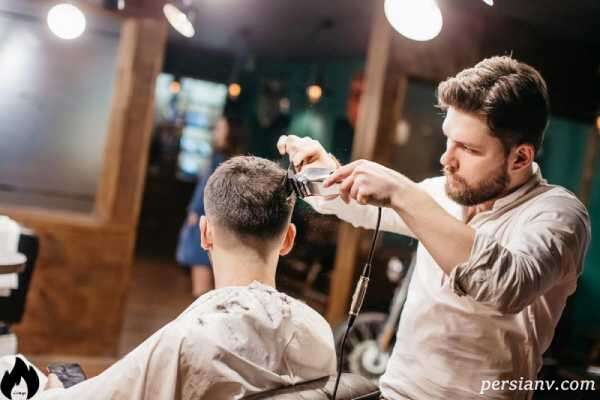 آرایشگری که سر مشتریان زن و مرد را با ساطور و تخته گوشت میزند