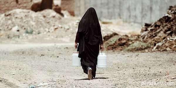 تلاش زن خوزستانی برای باز کردن راه آب و مقابله با خشکسالی