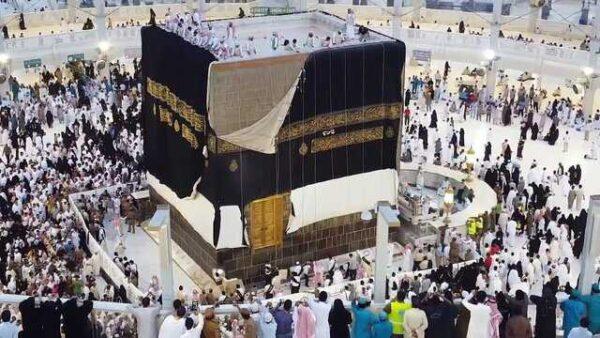 آیین معنوی تعویض پرده خانه خدا همزمان با شب عرفه در عربستان