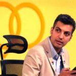 عادل فردوسی پور در محل کارش مشغول کارهای شخصی