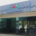 افراد مسلح طالبان پشت سر مجری تلویزیون در افغانستان