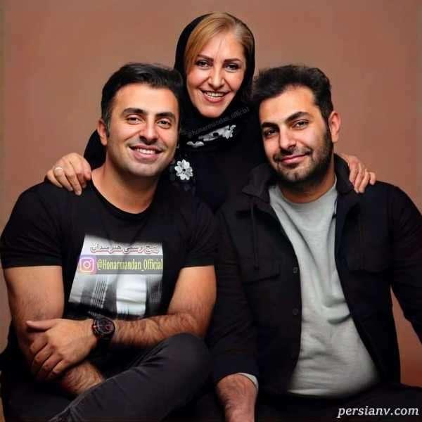 علیرضا طلیسچی خواننده پاپ در کنار برادر و مادر جوانش