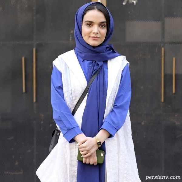 ست لباس آبی سفید سارا باقری بازیگر سریال افرا همراه دوستانش در خیابان