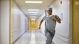 فرار پزشک جراح از اتاق عمل در ارومیـه ! / عکس واقعی