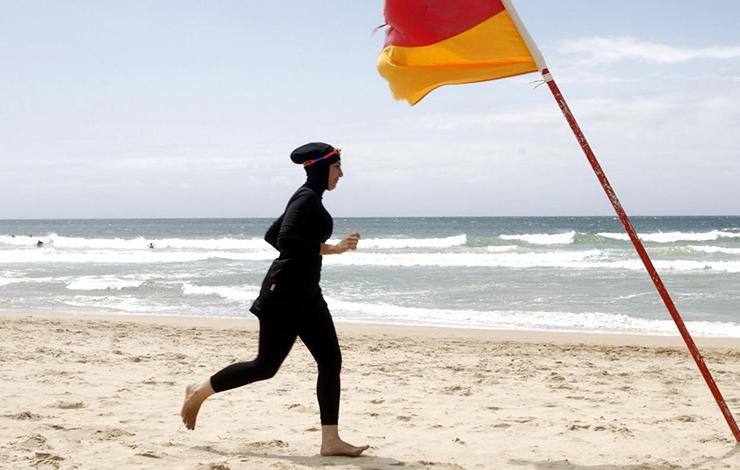 پلیس زن جوان را وادار به در آوردن مایوی اسلامی در ساحل فرانسه کرد+عکس