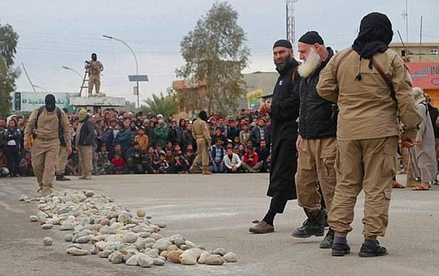 تصاویر دردناک از سنگسار چهار زن در ملأعام