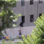پیکر یکی از حادثه دیدگان تیراندازی مجلس به بیرون از ساختمان منتقل شد
