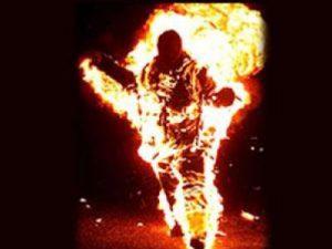 سربازی که به طور وحشتناک و باورنکردنی خود را در صحن مسجد سوزاند!