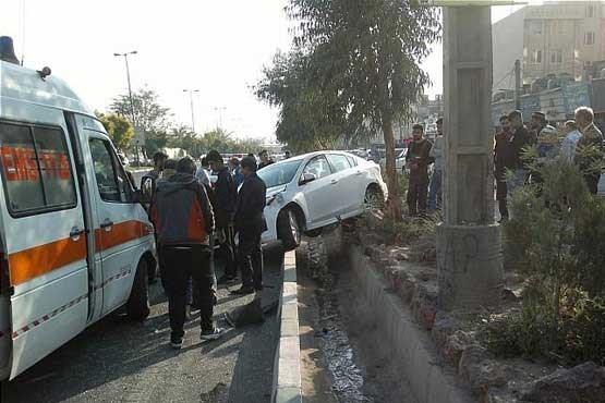 تصادف دو خودرو در تهرانسر | راننده مزدا به بیرون پرتاب شد !