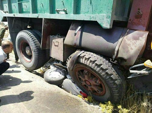 خودرو پراید و راننده اش زیر چرخ های کامیون له شدند!