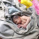 فروش نوزاد زن جوان را خانه به خانه در شهر می چرخاند