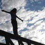 لحظه خودکشی جوان مشهدی از پل هوایی ۱۷ شهریور
