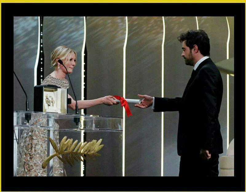 لحظه اهدای نخل طلا به شهاب حسینی توسط کریستین دانست