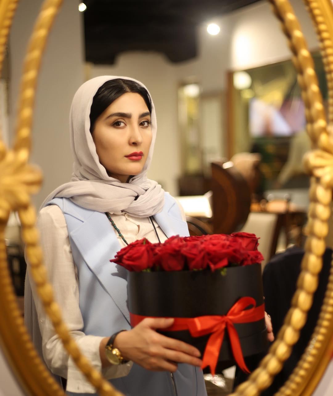 مریم معصومی با گل سرخ