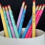 نحوه تزیین مدادهای ساده برای مدرسه کودکان