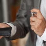 راه حلی برای از بین بردن بوی عطر از روی لباس