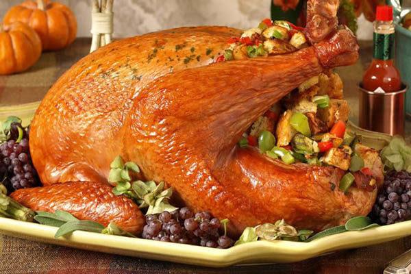 تزیین مرغ کامل سرخ شده با استفاده از دور چین ها