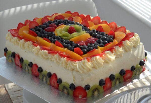 مدل های تزیین کیک اسفنجی با میوه و خامه