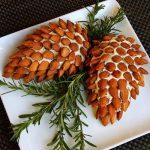 تزیین توپ های پنیری و بادام به شکل میوه کاج +تصاویر