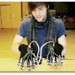 ساخت دستكشهای جادویی كه پیانوی مجازی مینوازند