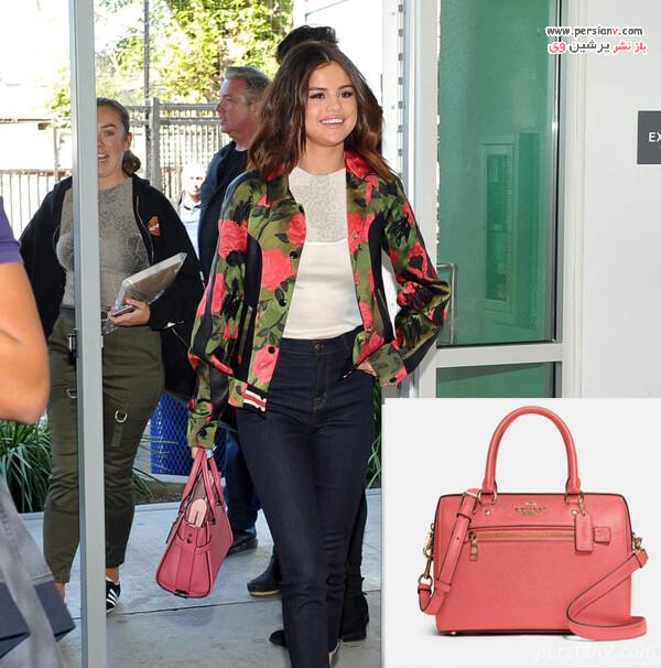 سلنا با کت گلدار و کیف صورتی