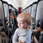 با کودکی که در هواپیما گریه میکند چکار کنیم؟