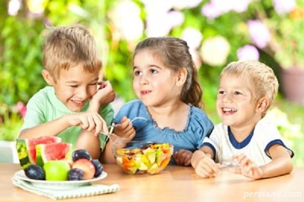 تغذیه و بازی کودکان در سفر