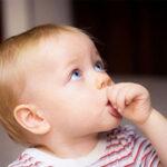 راههای درمان مکیدن انگشت در نوزادان