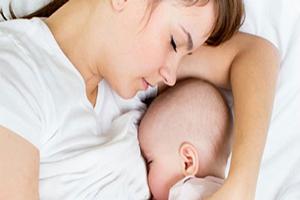دلیل شیر خوردن نوزاد از یک سینه