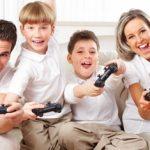 بازی با کودک و خوش گذروندن بیشتر فرزند در خانه