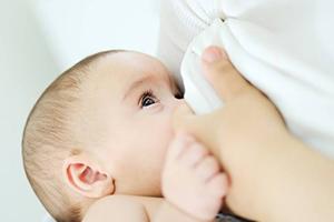 چه چیزهایی باعث میشوند شیر مادر را فاسد شود؟