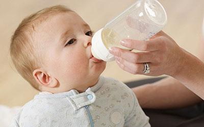 اگر شیرخشک و با شیشه به نوزادتان شیر میدهید!