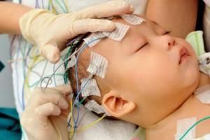 به هنگام تشنج کودک از درآغوش گرفتن او خودداری کنید