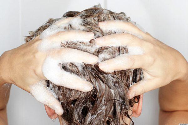 نحوه صحیح شستن موها در زمان حمام کردن