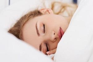خوابیدن با آرایش چه آسیبی به شما میزند؟
