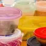 چه مواد غذایی را نباید در ظروف پلاستیکی نگهداری کرد؟