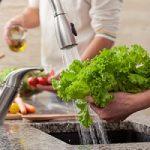 اگر میخواهید بیمار نشوید اینگونه سبزی را بشویید