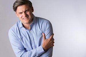 علائم حمله قلبی چیست و چه ارتباطی با شانه درد دارد؟