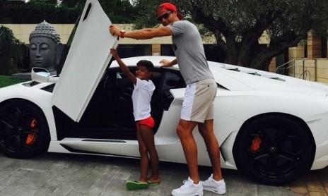 کریس رونالدو و پسرش در کنار لامبورگینی سفیدش+عکس