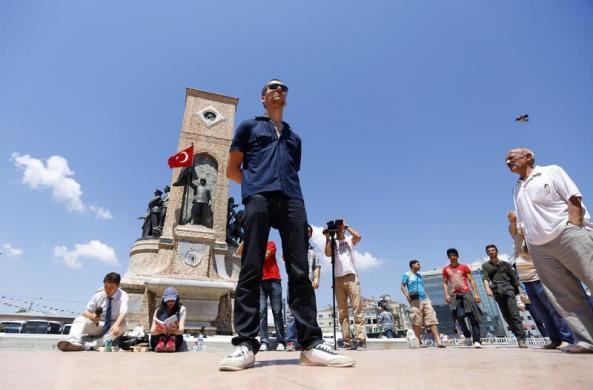 """عکس:جنبش """"مرد ایستاده"""" در ترکیه"""