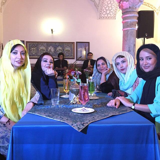 دو عکس دسته جمعی زیبا تهمینه میلانی و جمعی از بازیگران معروف سینمای ایران + تصاویر