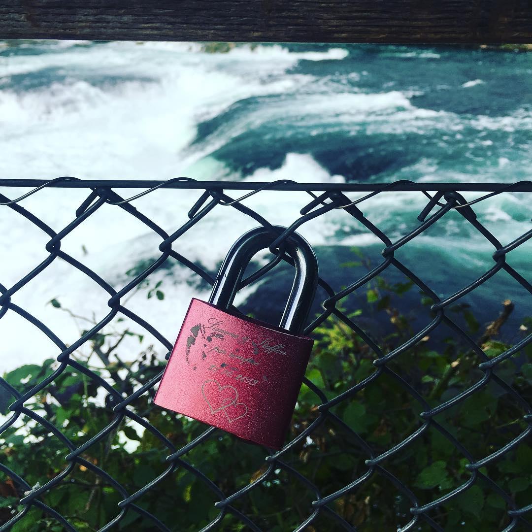 آزاده نامداری در کنار آبشار