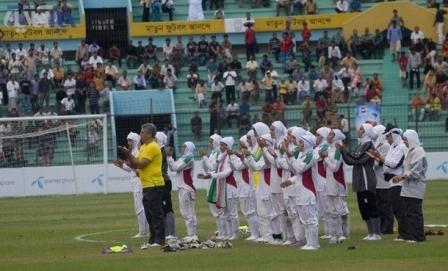 نماز جماعت تیم ملی فوتبال دختران ایران(عکس)