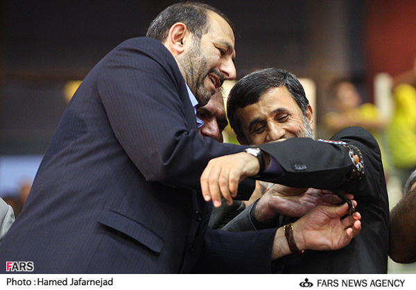 احمدینژاد بازوبند پهلوانی گرفت + عکس