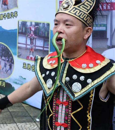 عکس:شیرین کاری عجیب یک مرد چینی در پارک برای کسب درآمد